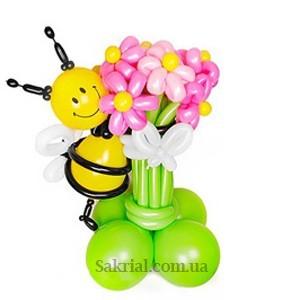 Пчела с большим букетом цветов