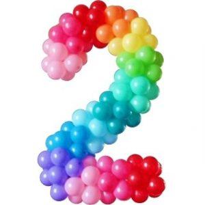 Цифра 2 из шаров с разноцветными шариками