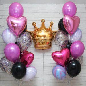 Красивая фотозона из шаров и короной