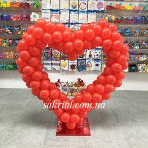 Сердце из красных шаров на подставке